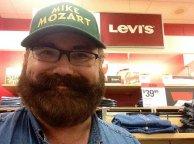 Mężczyzna z brodą w sklepie levis