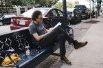mężczyzna z książką